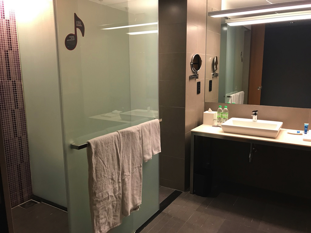 「アロフトクアラルンプールセントラル」浴室、トイレ、洗面台写真