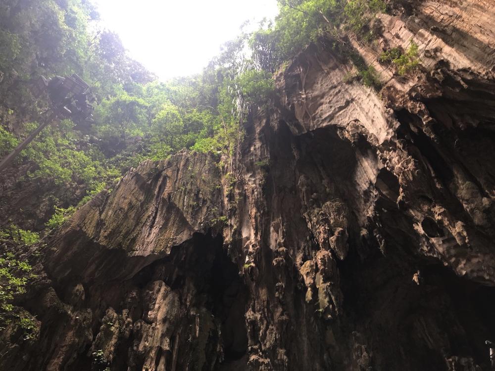 バトゥ洞窟奥のスペースから上を見上げた写真