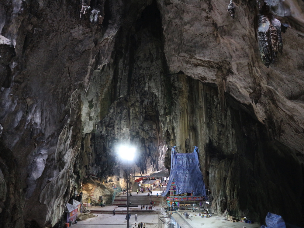 バトゥ洞窟内部。お寺は修理中