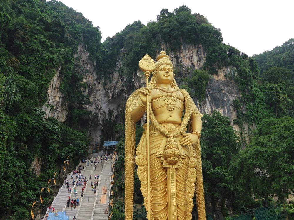 バトゥ洞窟の272段の階段とヒンドゥー教の神さまの黄金像