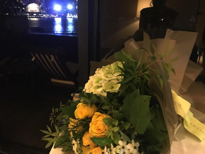 香港インターコンチネンタルホテルの部屋におかれた花束とシャンパン
